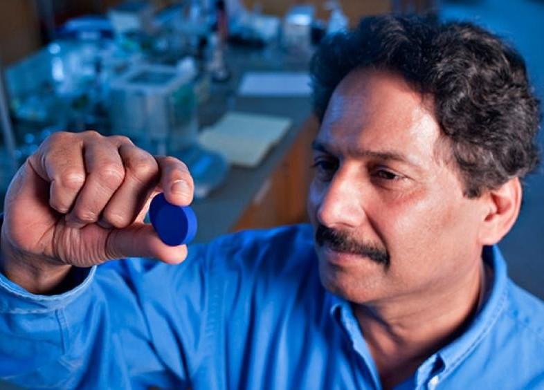 Mas Subramanian, químico que descobriu o novo tom de azul